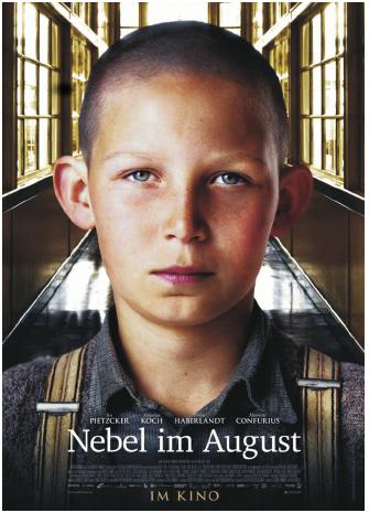 Kinoplakat: Der Hauptdarsteller steht in einem verglasten Flur